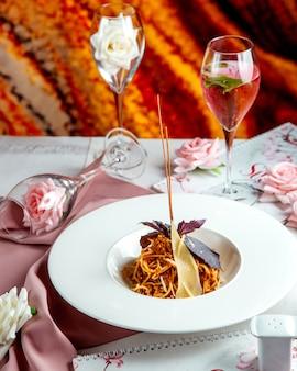 Спагетти с фаршированным мясом в соусе и пармезаном