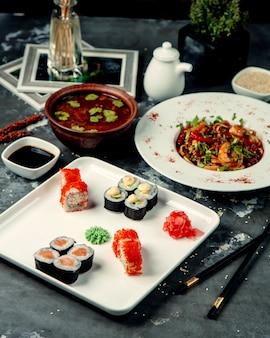 テーブルの上の寿司セット
