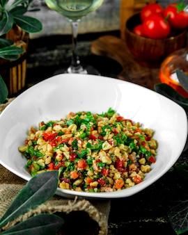 Салат из помидоров с зеленью петрушки, грецкого ореха и красного перца