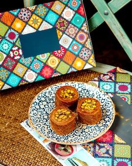 カダイフのトルコのデザートはピスタチオを巻きます