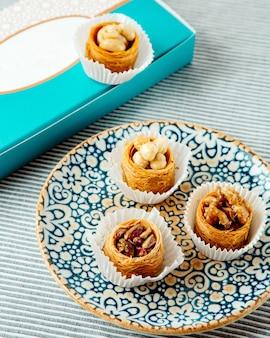 Турецкие десерты с кадаифом в форме чашки с орехами