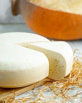 テーブルの上の白いチーズ