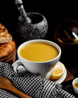レモン添えのレンズ豆スープ