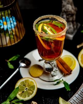 レモンスライスミントの葉とシナモンスティックとシナモンの飲み物のガラス