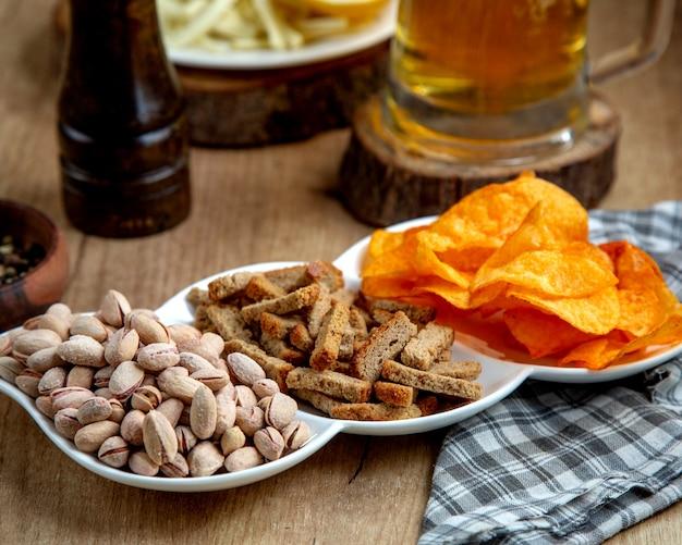 Порция соленых закусок с солеными фисташками и начинкой из хлеба