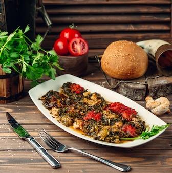 テーブルの上の野菜とチキンソース