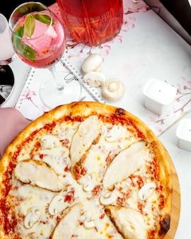 チーズマッシュルームとチキンのカリカリピザ
