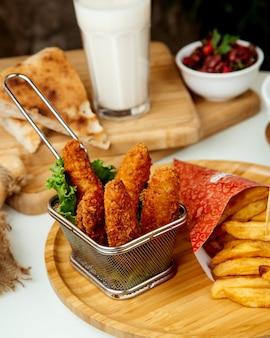 Картофель фри и куриные наггетсы в кляре
