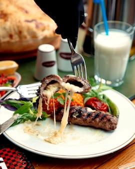 Жареная мясная котлета с начинкой из сыра