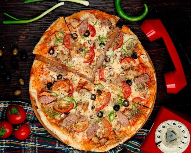 Итальянская колбаса пицца на столе