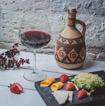 テーブルの上の古典的な赤いジョージアンワイン