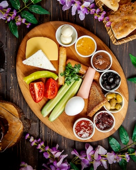 トルコ式朝食の盛り合わせのトップビュー