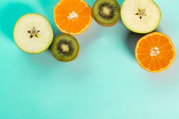 青いテーブルの上の半分の果物
