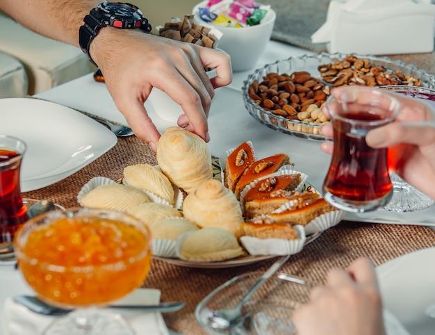 Деликатесы и чай на столе