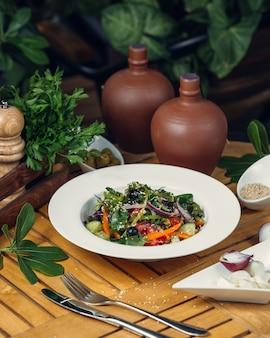 Овощной салат с оливками и луком
