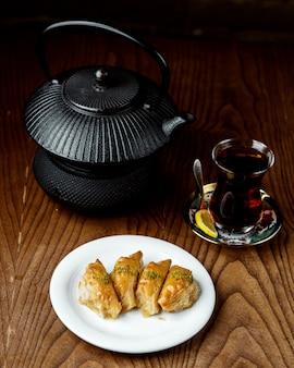 Черный чай с турецкой пахлавой
