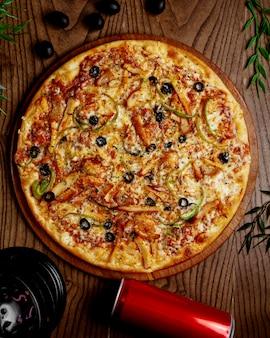 ピーマンとオリーブのチキンピザ