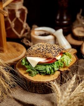 チャバタサンドイッチとチーズと野菜