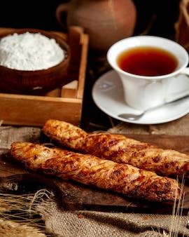Хрустящая буханка хлеба и с чашкой чая