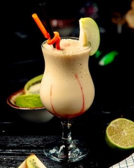 Свежий молочный коктейль на столе