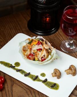 テーブルの上の新鮮野菜のサラダ