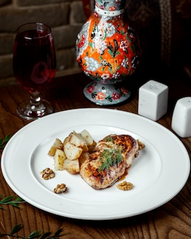 Жареная курица с картофелем на столе