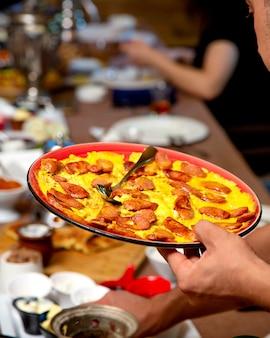 Яичница с сосисками на столе