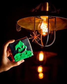 明るい電球の背景にハロウィーンのクッキー