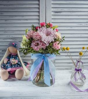 テーブルの上の新鮮な花の花束