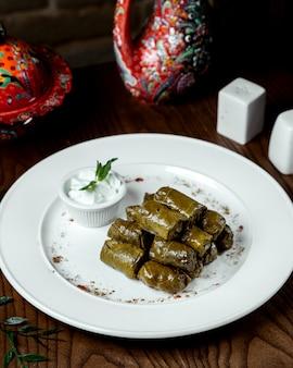 テーブルの上の肉とドルマ