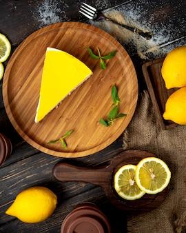 テーブルの上のレモンチーズケーキ