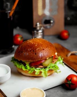 Мясной бургер с солеными огурцами и помидорами