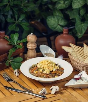 ご飯と卵の野菜サラダ