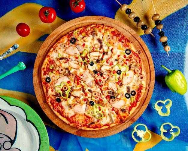 テーブルの上でピザを混ぜる