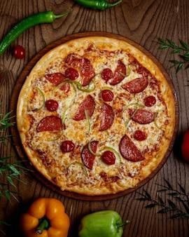 テーブルの上のピザペパロニ