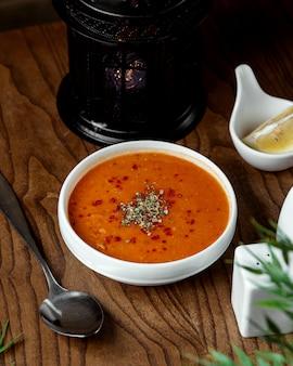 テーブルの上の赤レンズ豆のスープ
