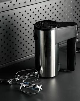 テーブルの上の黒い電気ミキサー