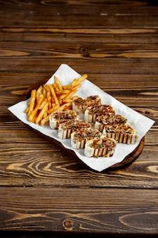 ピタパンとフライドポテトのスライス肉ロール