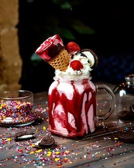 Взбитые сливки с клубничным мороженым и печеньем орео