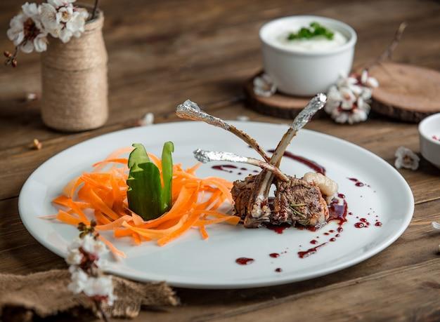 Жареное мясо с овощами в тарелке