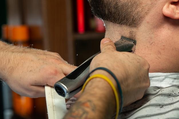 理髪師は男のあごひげを修正します