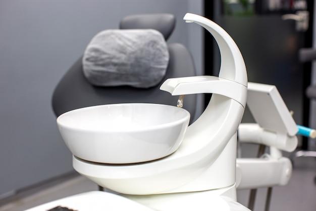 歯科用椅子の蛇口とシンク