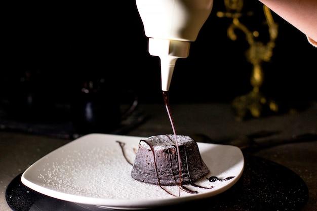 Брауни с шоколадным соусом и сахарной пудрой