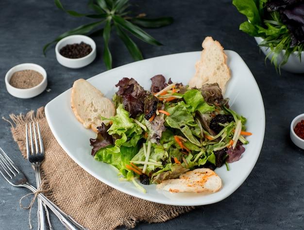 テーブルの上のクルトンとグリーンサラダ