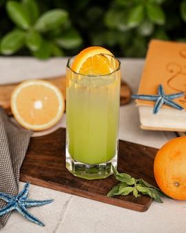 Холодный лимонный коктейль с долькой апельсина