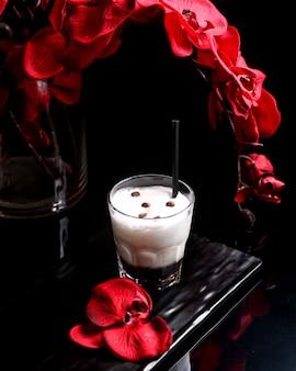 Коктейль с пеной и кофейными зернами