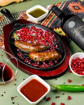 ザクロ、玉ねぎ、野菜と揚げソーセージ