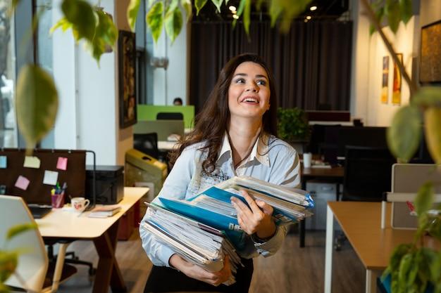 Девушка улыбается в офисе