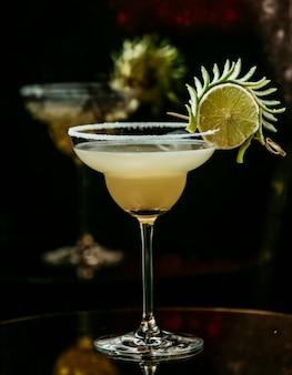 Лимонный коктейль на столе