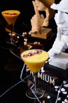 Освежающий коктейль, украшенный сухими цветами